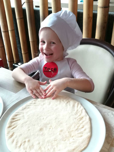 Девочка готовит пицу