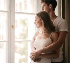 Пара стоит у окна