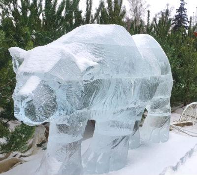 Ледяная скульптура медведя