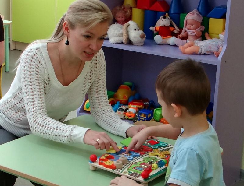 Ребенок занимается со специалистом центра