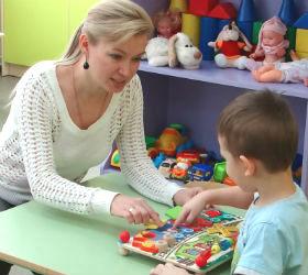Специалистт центра занимается с ребенком