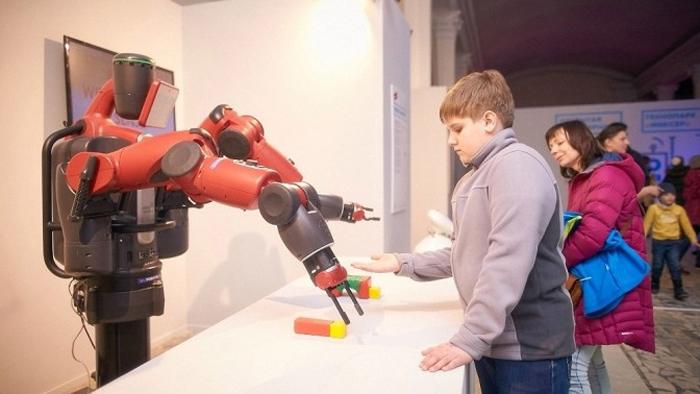 мальчик и робот