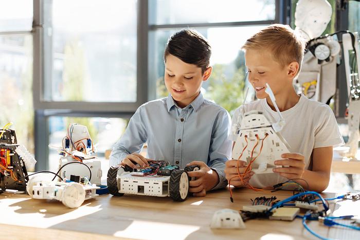 мальчики собирают робота