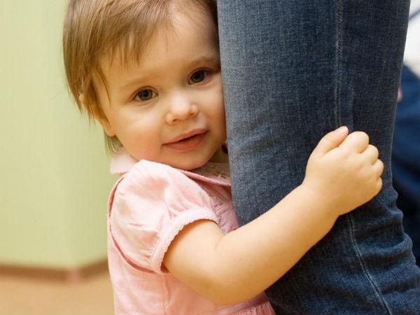 Малышка держит маму