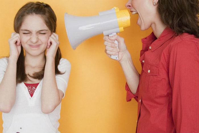 Мама кричит на дочь через рупор