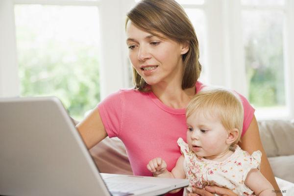 мама с ребенком у компьютера
