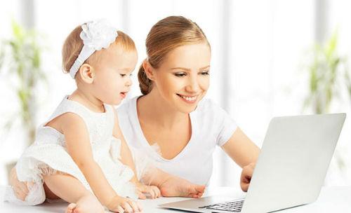 Мама и дочь за ноутбуком