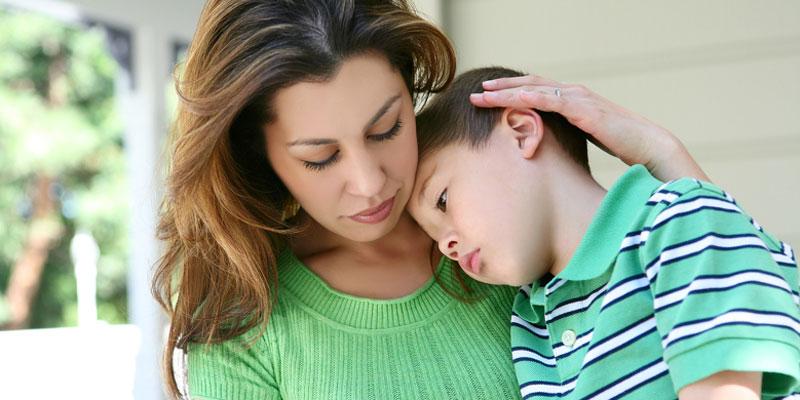 Мама успокаивает сына
