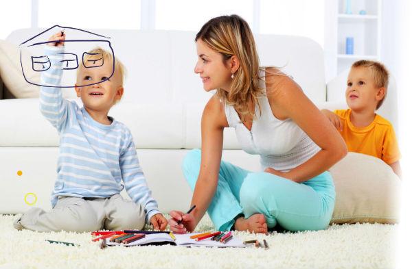 Мама с сыном рисуют дом