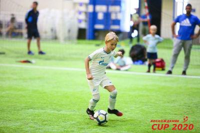 Мальчик бежит с мячом