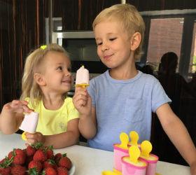 дети едят домашнее мороженое