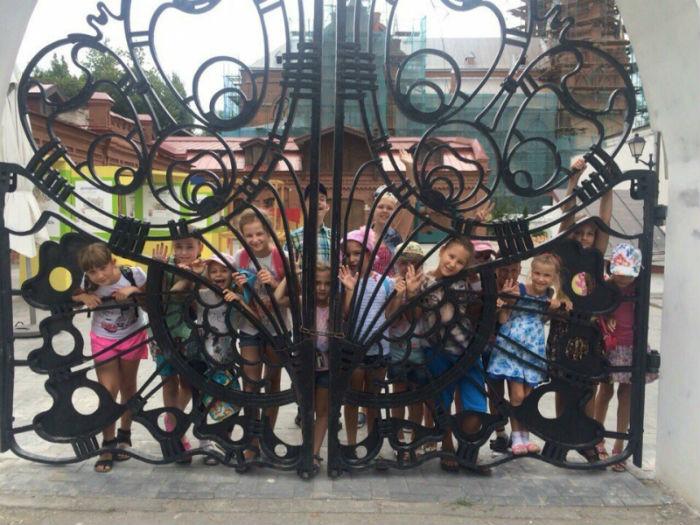 Дети за воротами Музея Модерна