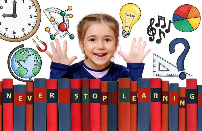 Девочка в окружении учебников и школьных принадлежностей