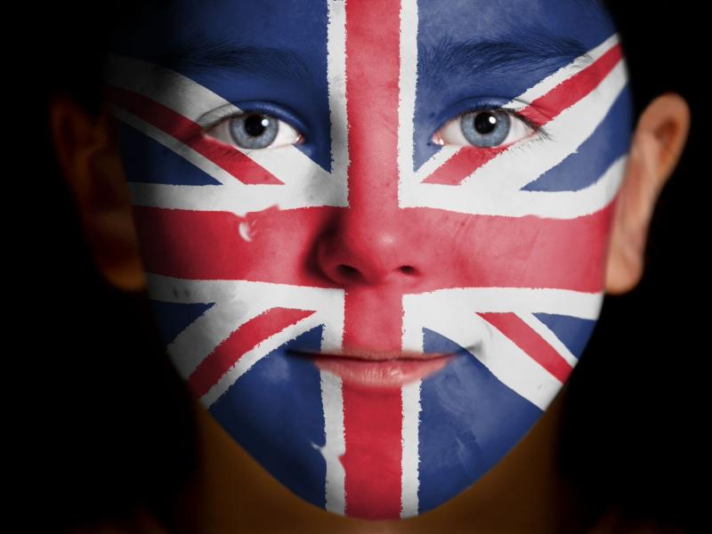 Мальчик с аквариумом на лице в виде английского флага