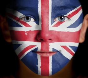 Мальчик с рисунком английского флага на лице