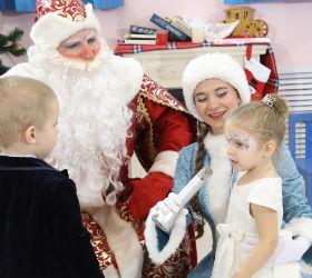 Дед Мороз, Снегурочка и дети
