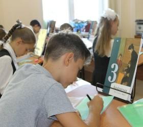 Дети в классе учатся по советским учебникам