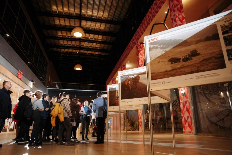 Василий Прудников проводит экскурсию по выставке