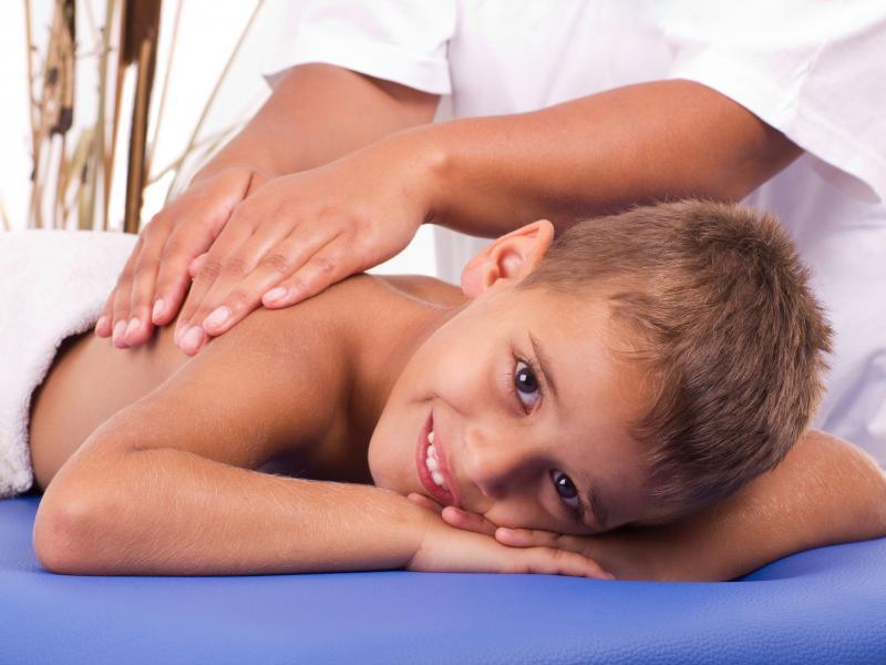 подросток на приеме остеопата