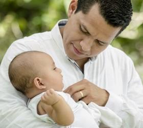 Папа держит малышку на руках