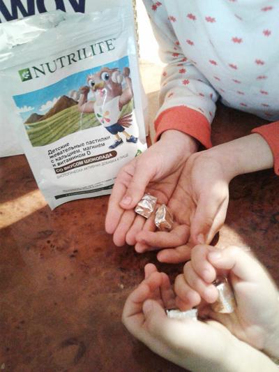 дети держат пастилки в руках