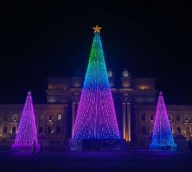 Светящиеся елки на площади Куйбышева