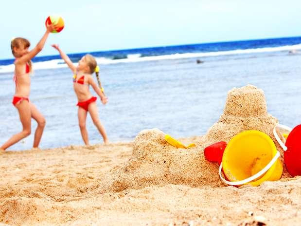 пары на пляже фото загорают