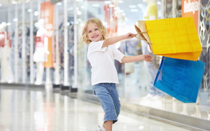 довольный ребенок с покупками