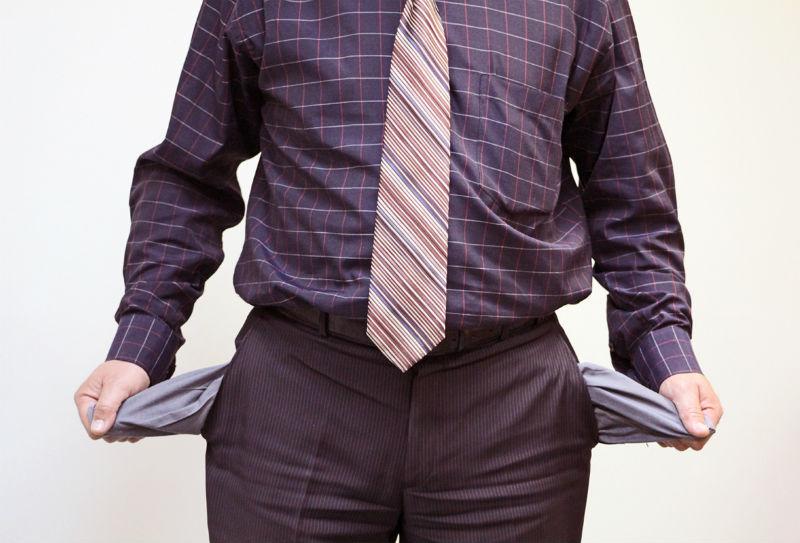 Мужчина показывает пустые карманы