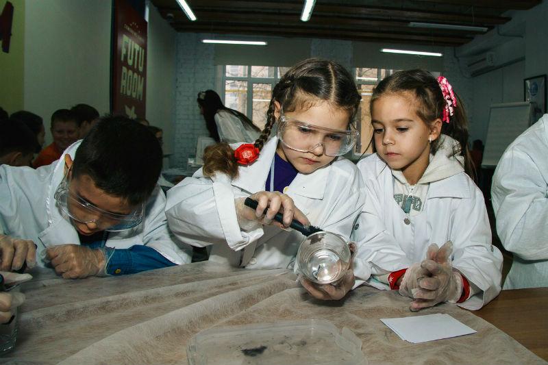 Дети снимают отпечатки пальцев