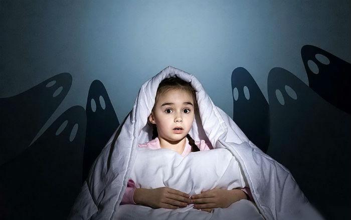 Девочка боится в кровати