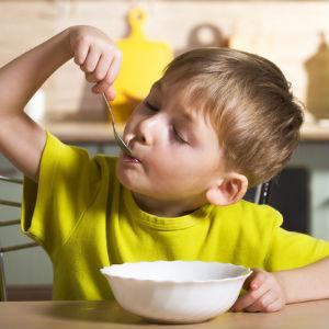 Мальчик с удовольствием ест