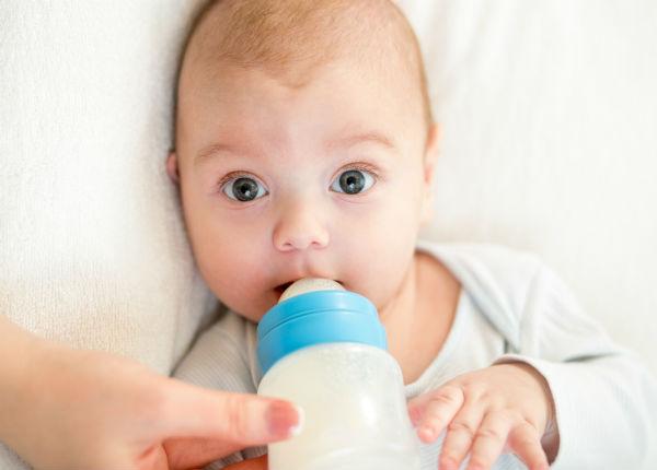 Видео как правильно кормить новорожденного ребенка из бутылочки