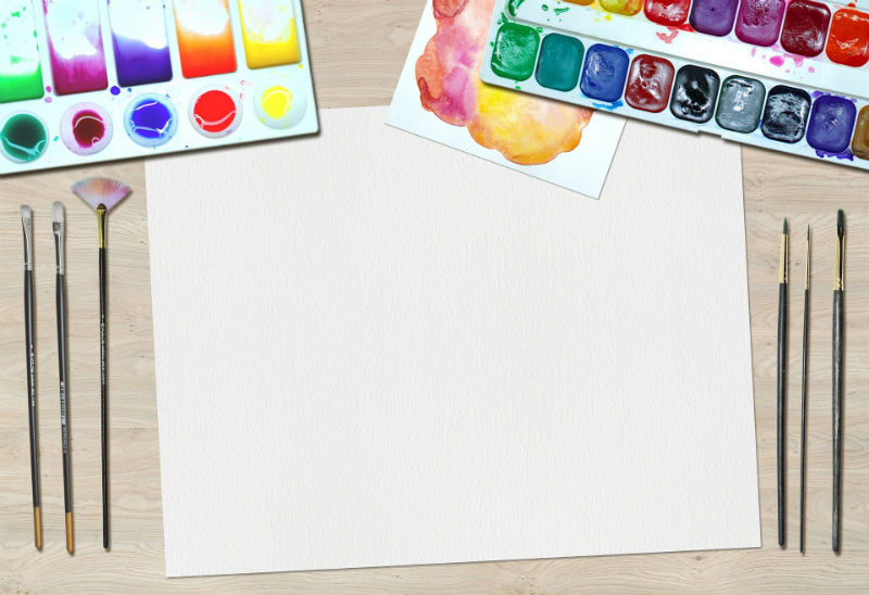 Лист бумаги, кисти и краски