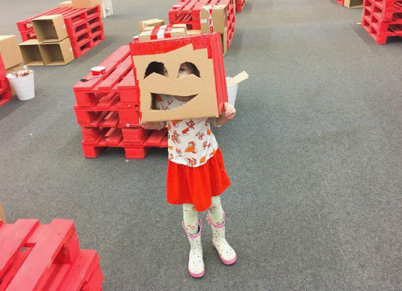 Девочка в картонном робошлеме