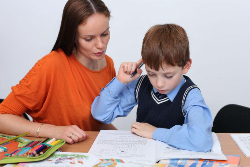 мама помогает с уроками