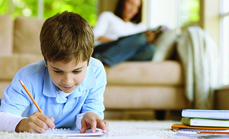 мальчик учится