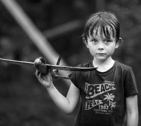 Мальчик с игрушечным самолетом