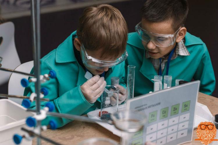 Дети проводят химические опыты
