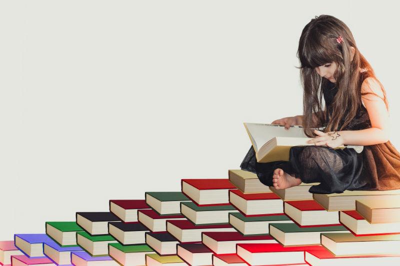 Девочка и много книг
