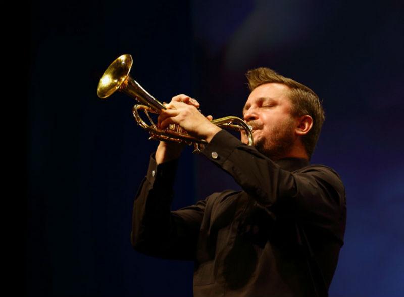 Владислав Лаврик играет на трубе