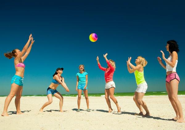 дети играют в мяч на пляже