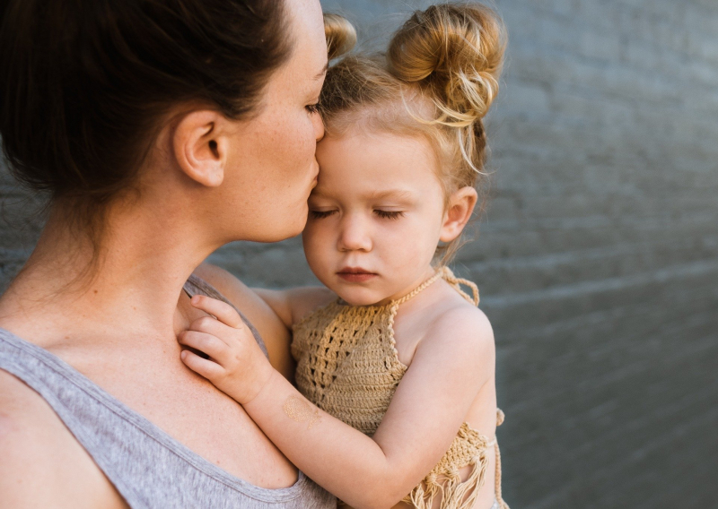 Мама с девочкой на руках