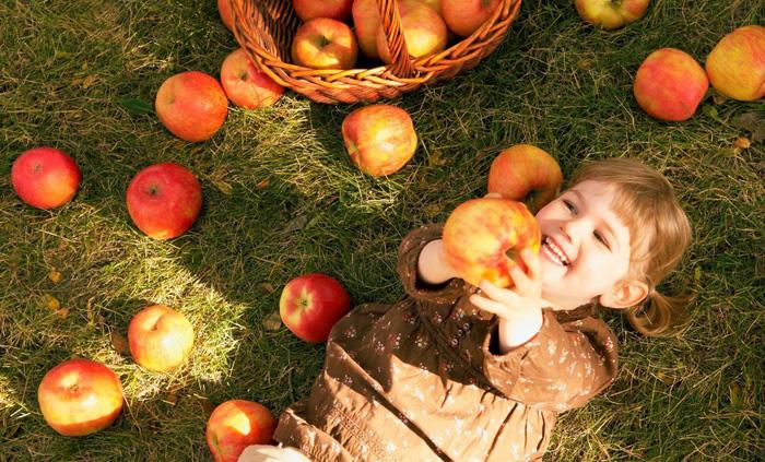 девочка и яблоки
