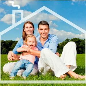 Семья на лужайке мечтает о доме