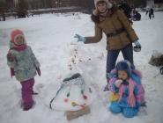 Дети и снеговик змеевик