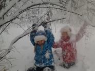 Алина и Ульяна Красновы резвятся в снежном лесу